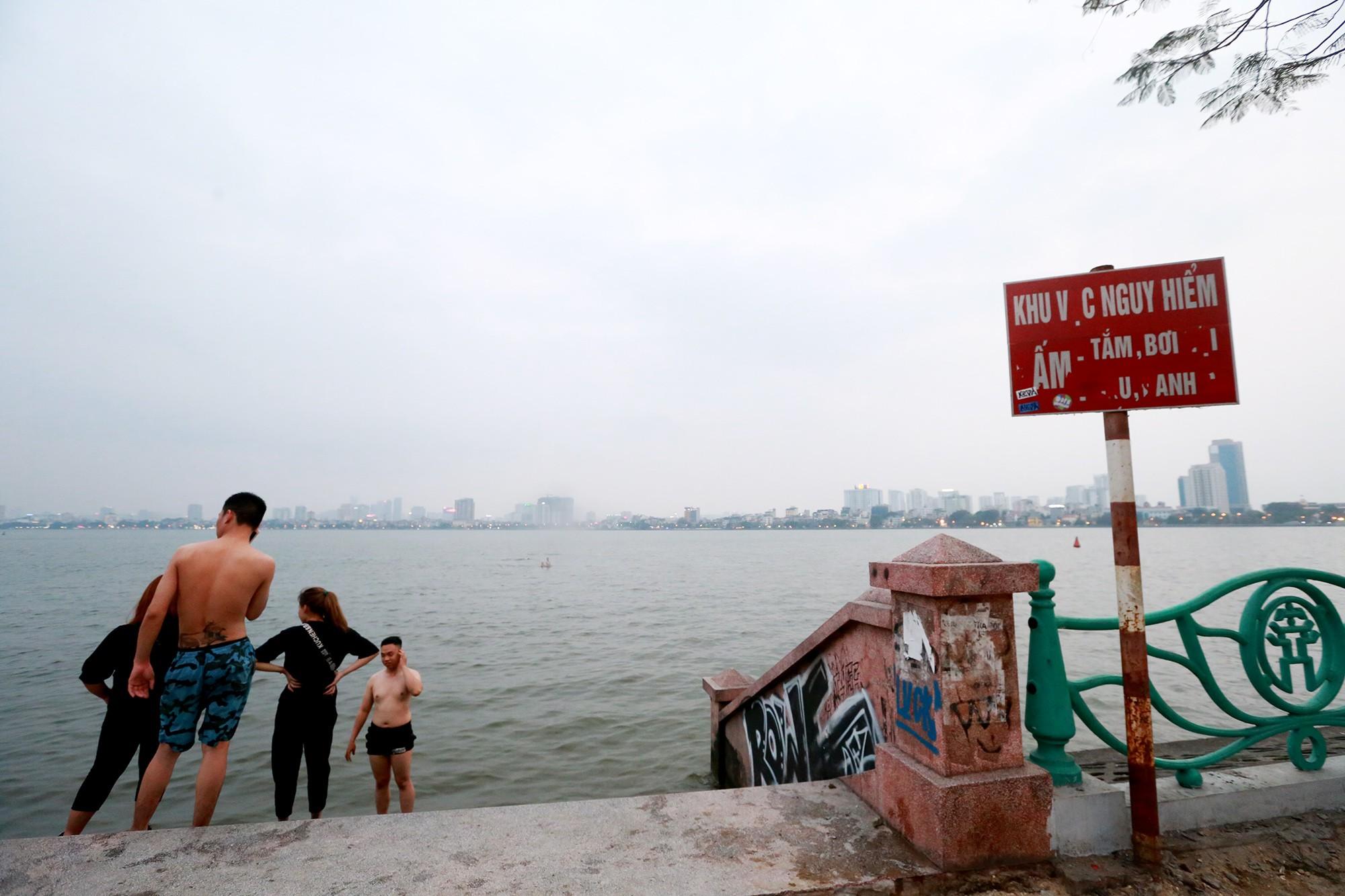 Hà Nội: Người lớn, trẻ nhỏ dắt nhau ra hồ Tây giải nhiệt ngày nắng nóng - Ảnh 14.