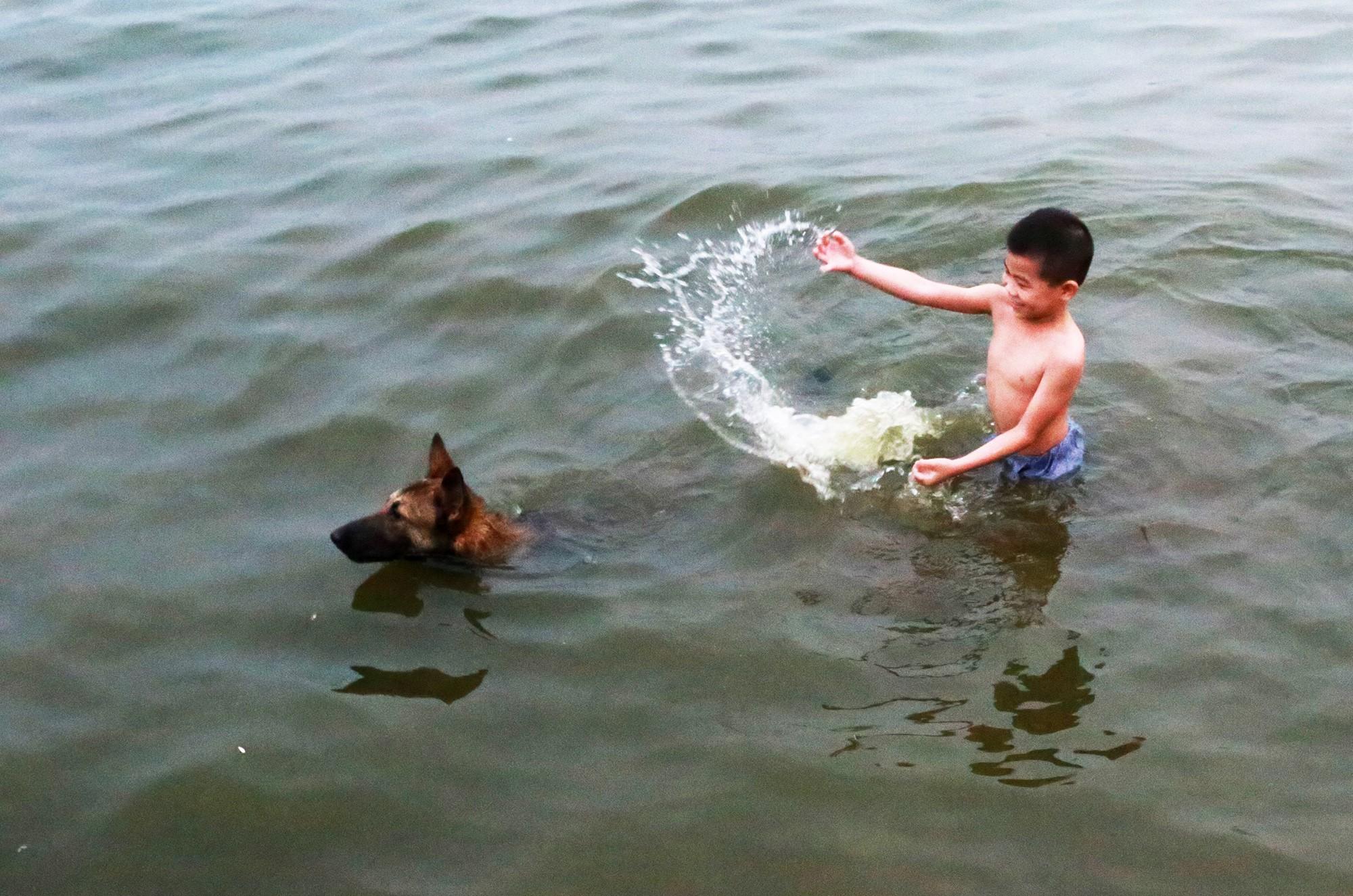 Hà Nội: Người lớn, trẻ nhỏ dắt nhau ra hồ Tây giải nhiệt ngày nắng nóng - Ảnh 10.