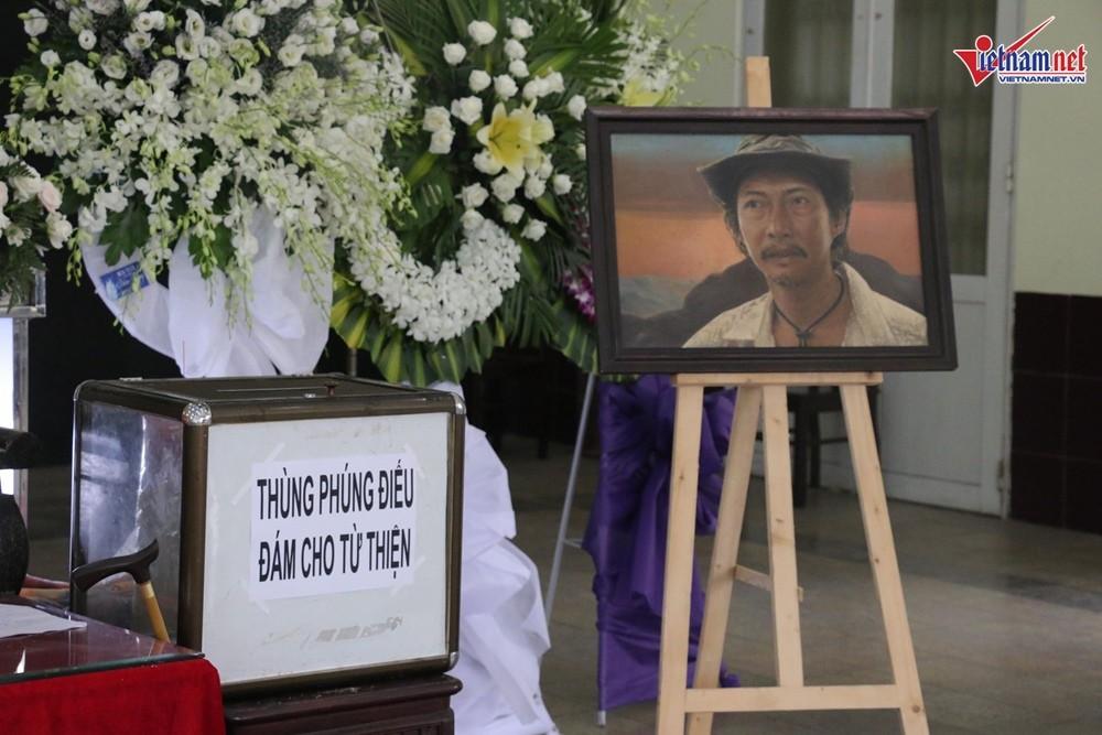 Nghệ sĩ Việt đau buồn khi tới viếng nghệ sĩ Lê Bình - Ảnh 5.