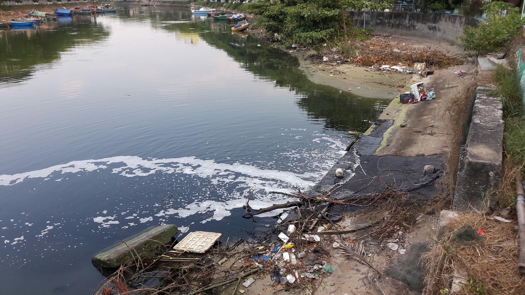 Nước thải đen ngòm, hôi thối lại tuôn ào ạt sông Phú Lộc, biển Đà Nẵng dịp nghỉ lễ - Ảnh 2.