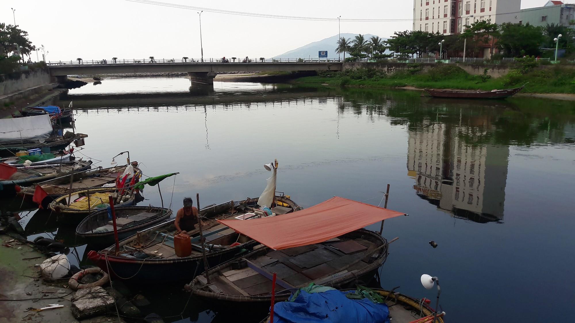 Nước thải đen ngòm, hôi thối lại tuôn ào ạt sông Phú Lộc, biển Đà Nẵng dịp nghỉ lễ - Ảnh 4.