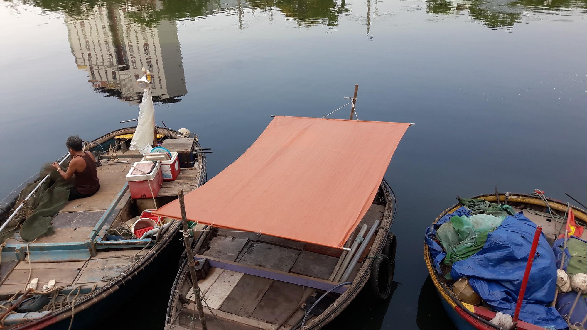 Nước thải đen ngòm, hôi thối lại tuôn ào ạt sông Phú Lộc, biển Đà Nẵng dịp nghỉ lễ - Ảnh 3.