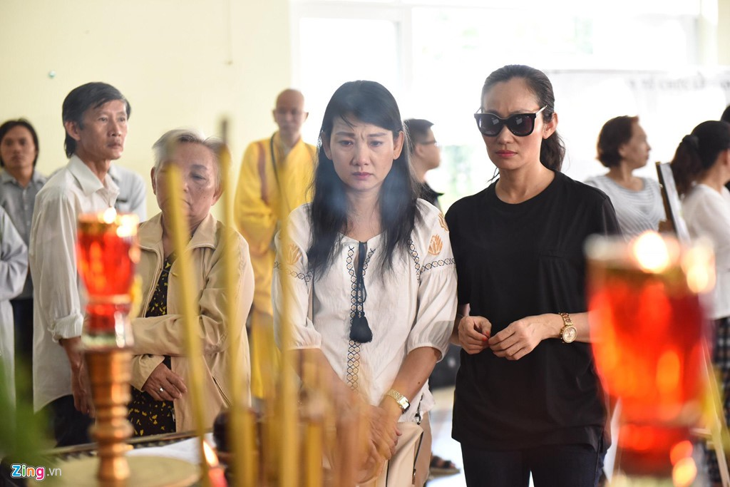 Nghệ sĩ Việt đau buồn khi tới viếng nghệ sĩ Lê Bình - Ảnh 6.