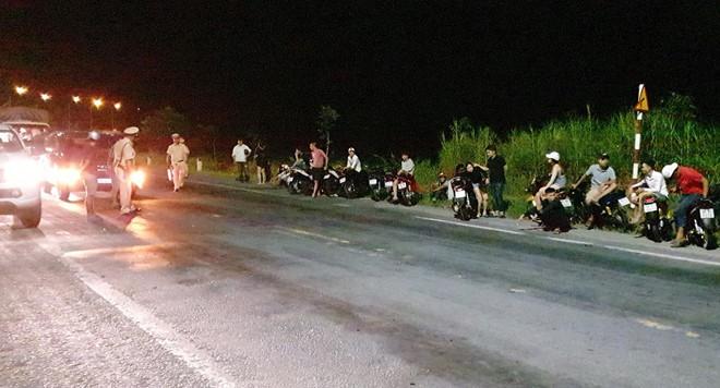 Hơn 100 thanh niên đua xe trên đường Xuyên Á - Ảnh 1.