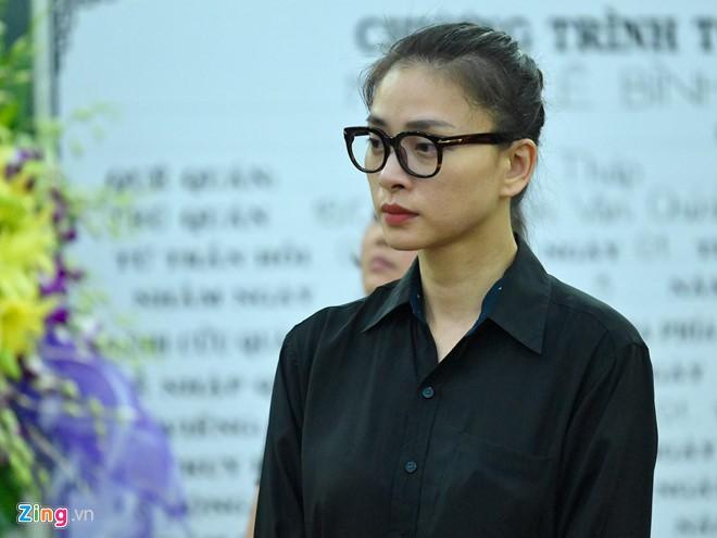 Ngô Thanh Vân, Đại Nghĩa bật khóc khi đến viếng nghệ sĩ Lê Bình - Ảnh 1.