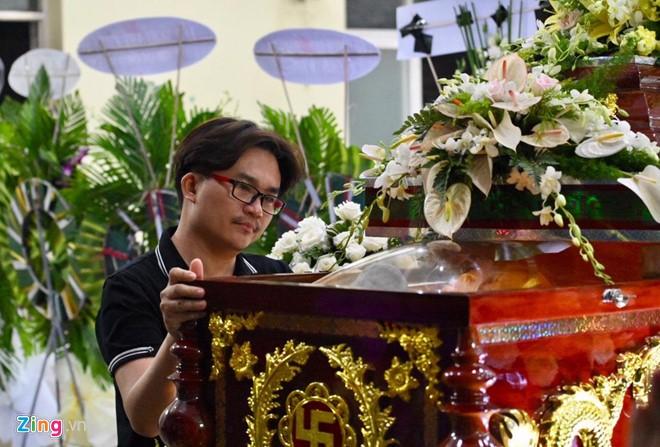 Ngô Thanh Vân, Đại Nghĩa bật khóc khi đến viếng nghệ sĩ Lê Bình - Ảnh 2.