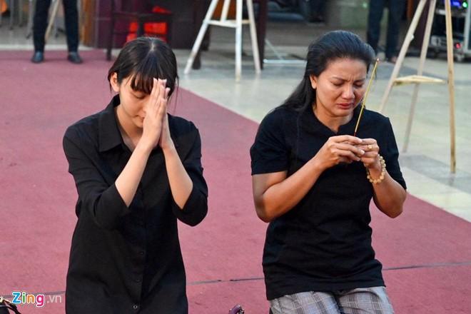 Ngô Thanh Vân, Đại Nghĩa bật khóc khi đến viếng nghệ sĩ Lê Bình - Ảnh 4.