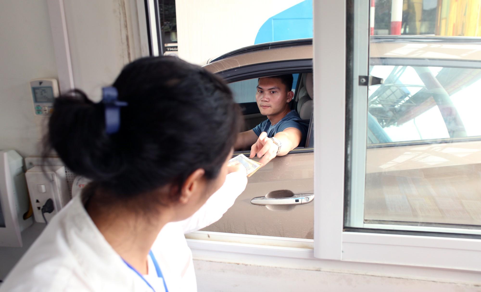 Lãnh đạo trạm BOT Hòa Lạc - Hòa Bình bỏ 17.500 đồng tiền túi mua vé hộ chủ xe con - Ảnh 10.