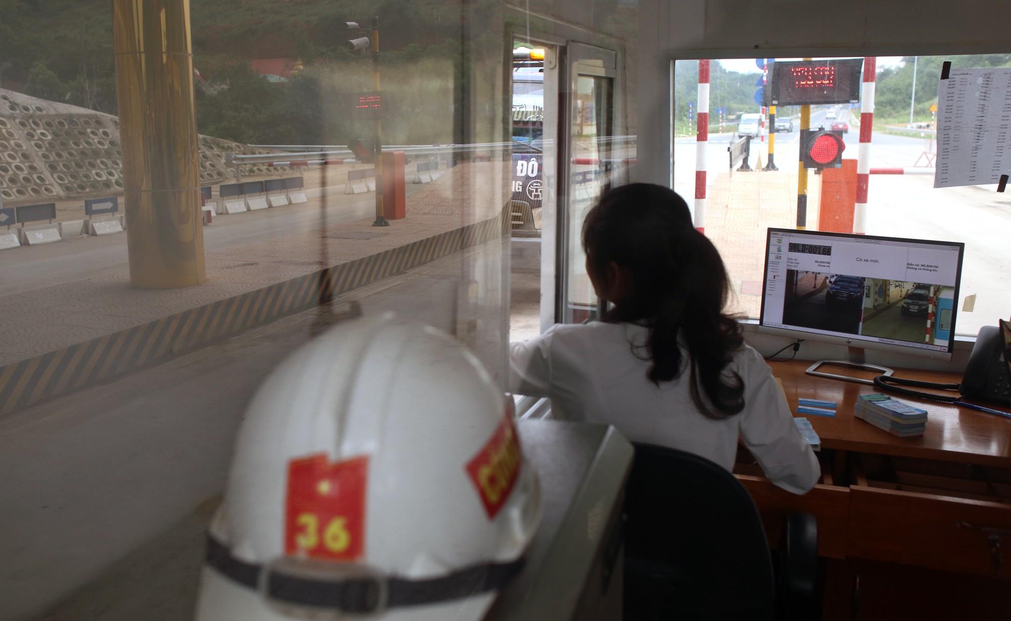 Lãnh đạo trạm BOT Hòa Lạc - Hòa Bình bỏ 17.500 đồng tiền túi mua vé hộ chủ xe con - Ảnh 11.