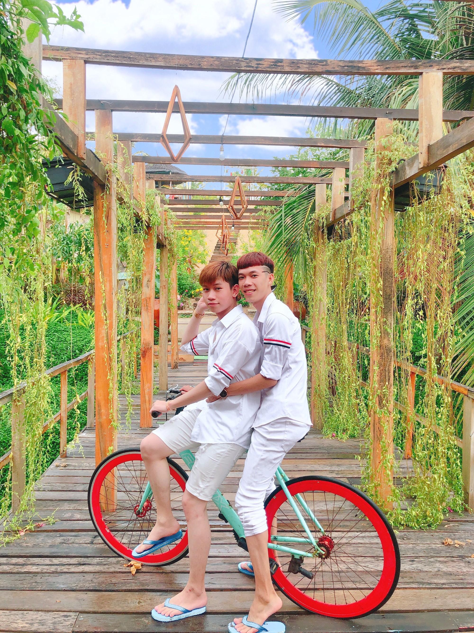 Cặp đôi đồng tính gây sốt với bộ ảnh đẹp như hoa cùng những khoảnh khắc ngọt ngào - Ảnh 4.