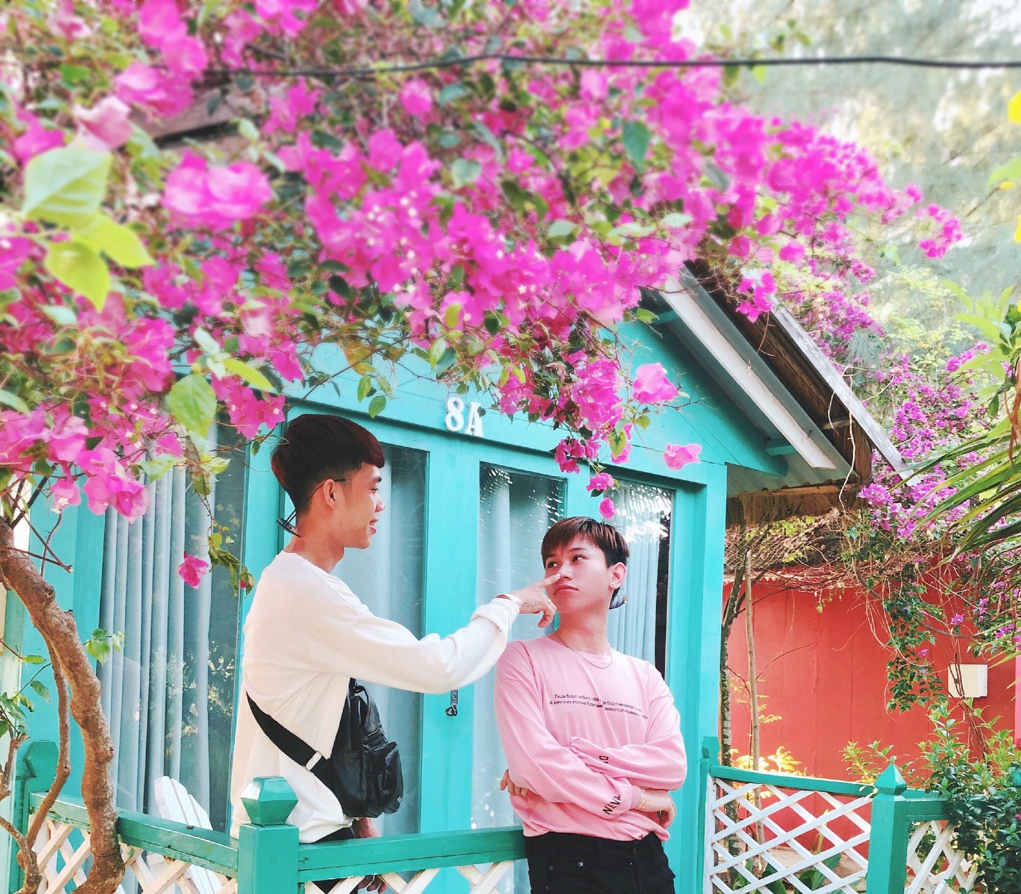 Cặp đôi đồng tính gây sốt với bộ ảnh đẹp như hoa cùng những khoảnh khắc ngọt ngào - Ảnh 2.