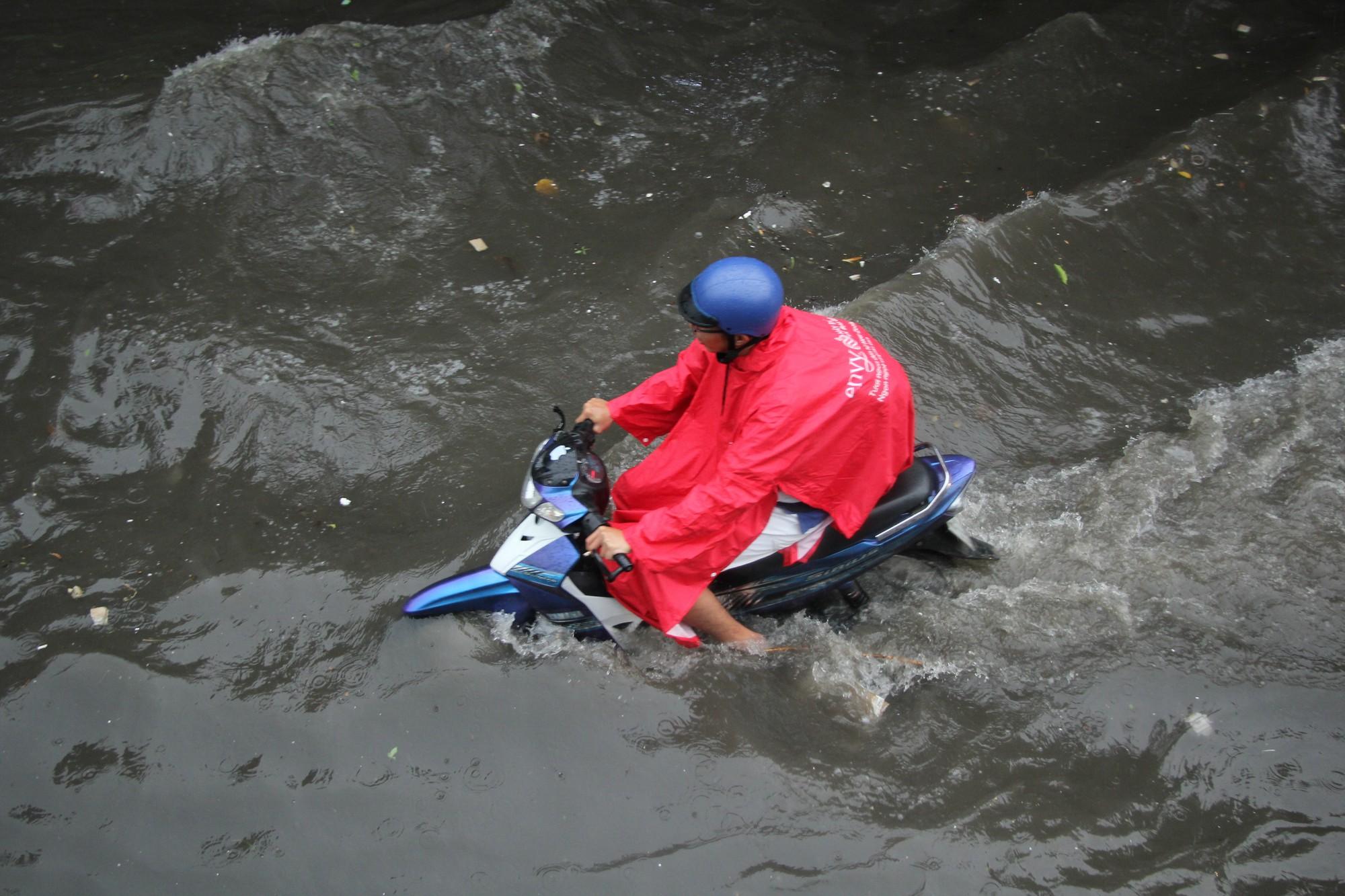 Mưa như trút nước, nhiều tuyến đường tại TP HCM biến thành sông - Ảnh 2.