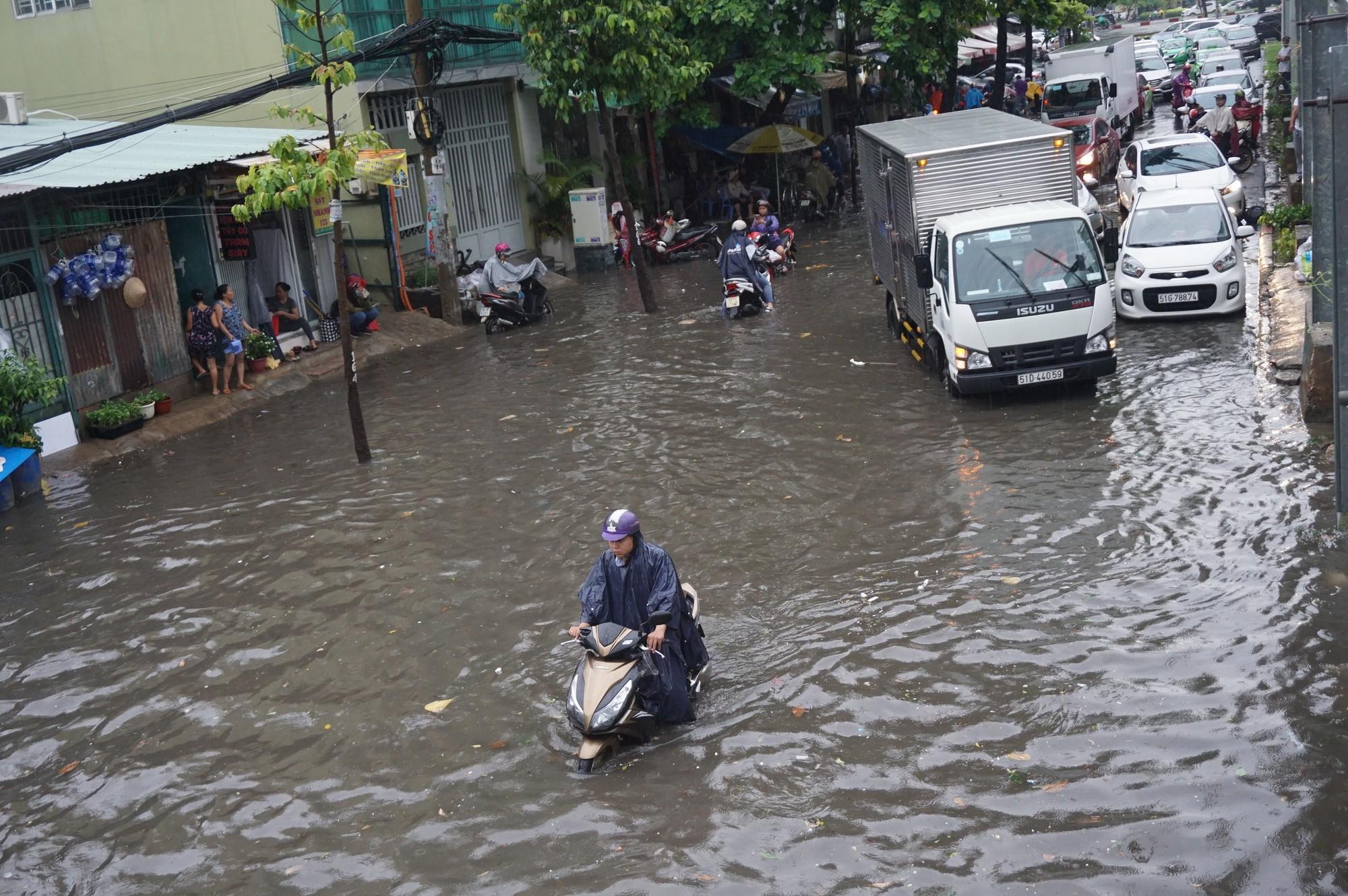 Mưa như trút nước, nhiều tuyến đường tại TP HCM biến thành sông - Ảnh 3.