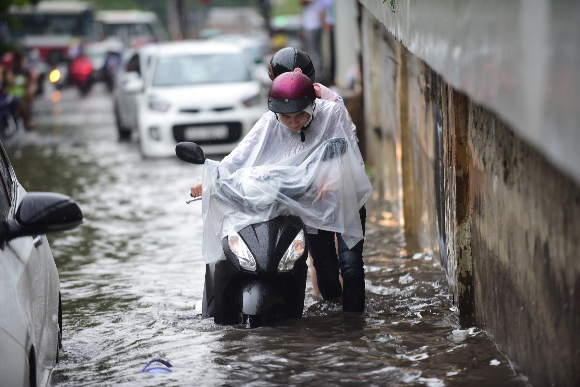 Mưa như trút nước, nhiều tuyến đường tại TP HCM biến thành sông - Ảnh 4.
