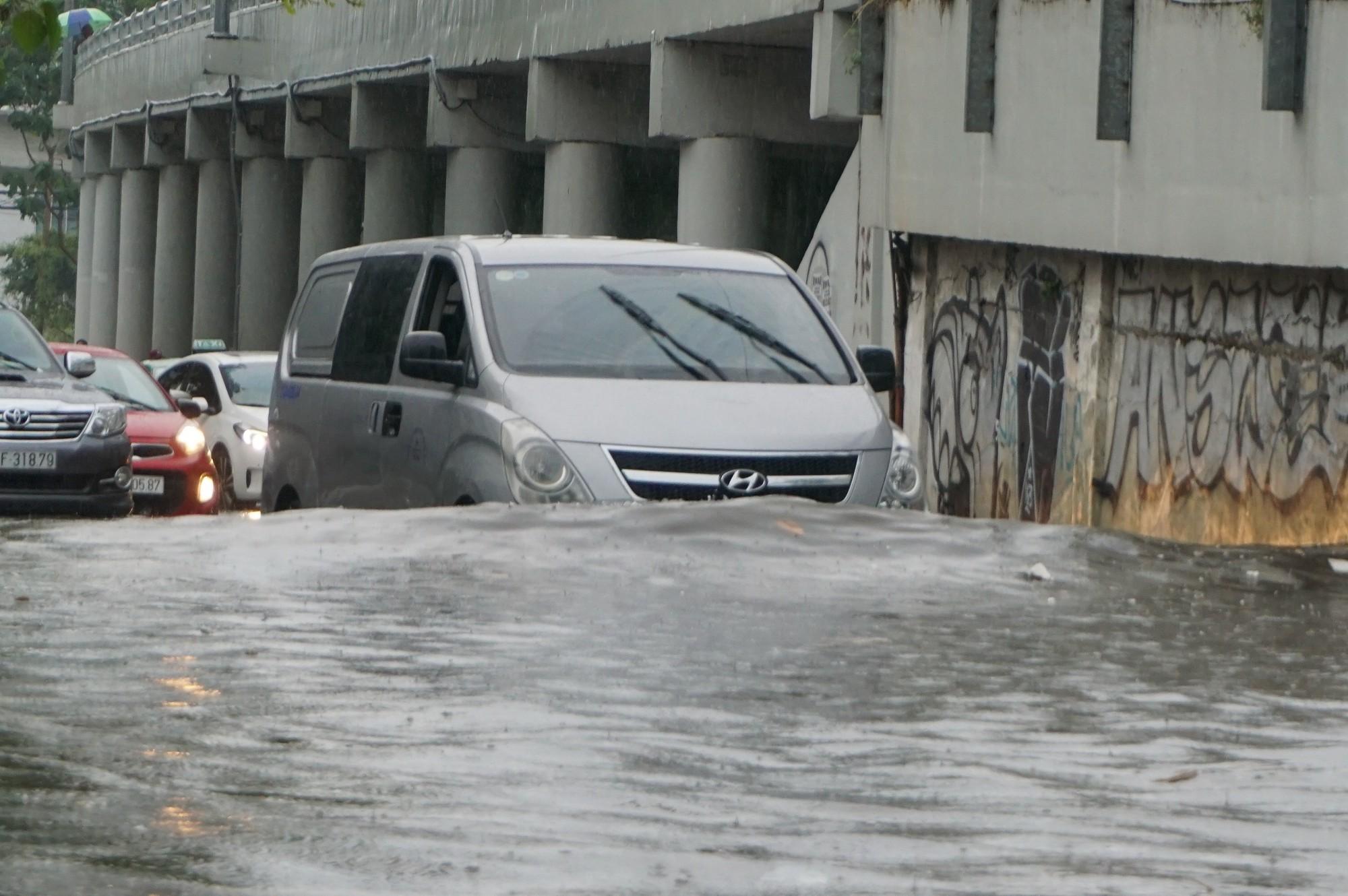 Mưa như trút nước, nhiều tuyến đường tại TP HCM biến thành sông - Ảnh 5.