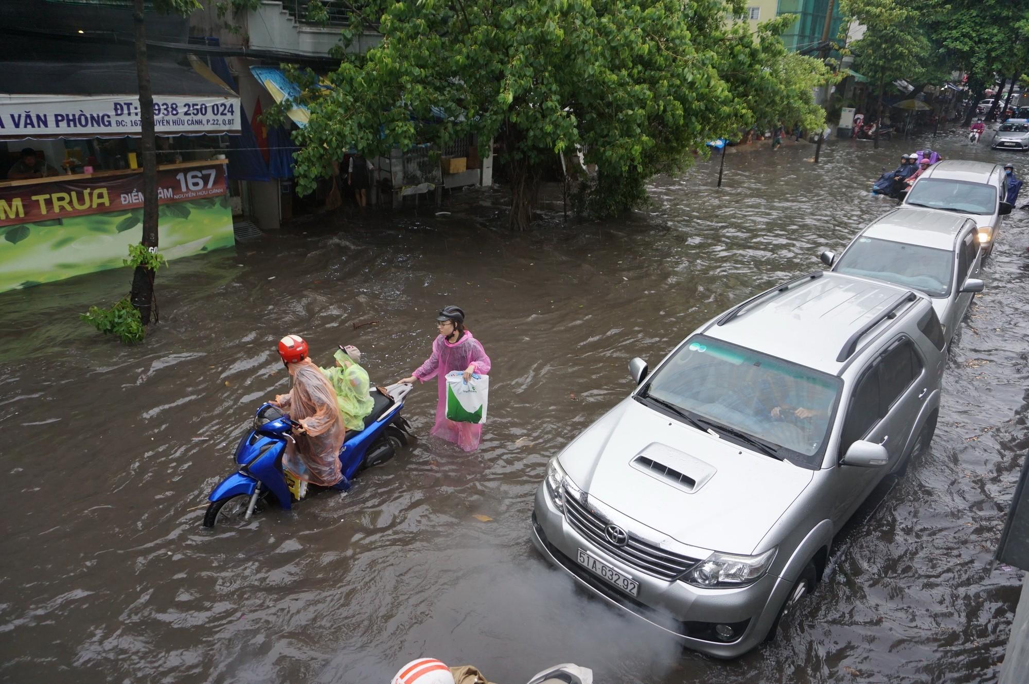 Mưa như trút nước, nhiều tuyến đường tại TP HCM biến thành sông - Ảnh 9.