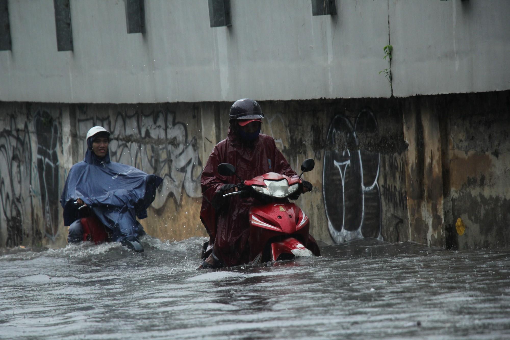 Mưa như trút nước, nhiều tuyến đường tại TP HCM biến thành sông - Ảnh 8.