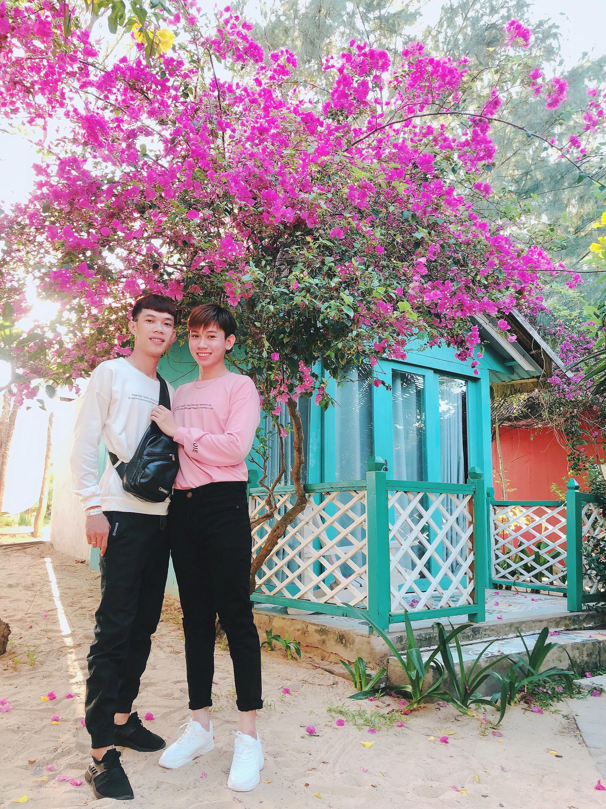 Cặp đôi đồng tính gây sốt với bộ ảnh đẹp như hoa cùng những khoảnh khắc ngọt ngào - Ảnh 1.