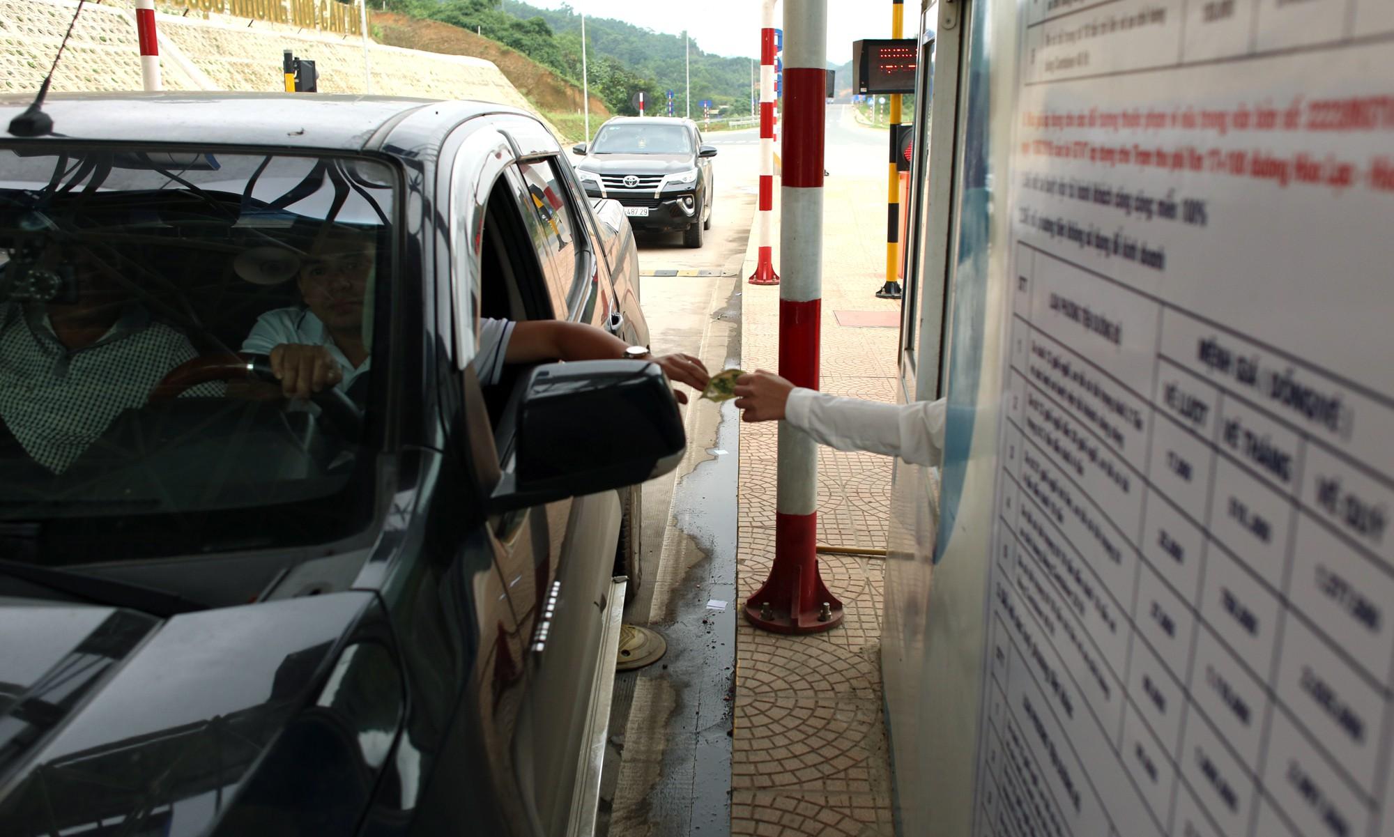 Lãnh đạo trạm BOT Hòa Lạc - Hòa Bình bỏ 17.500 đồng tiền túi mua vé hộ chủ xe con - Ảnh 5.