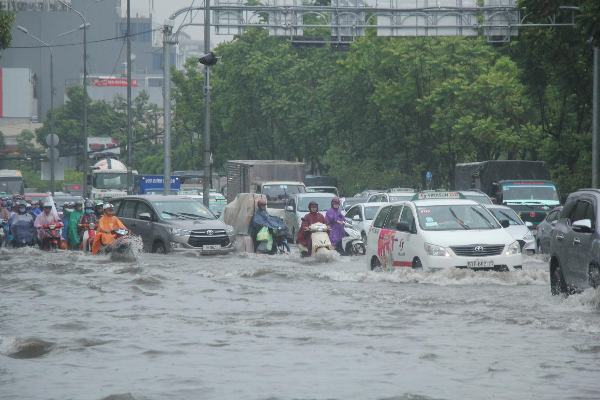 Mưa như trút nước, nhiều tuyến đường tại TP HCM biến thành sông - Ảnh 7.