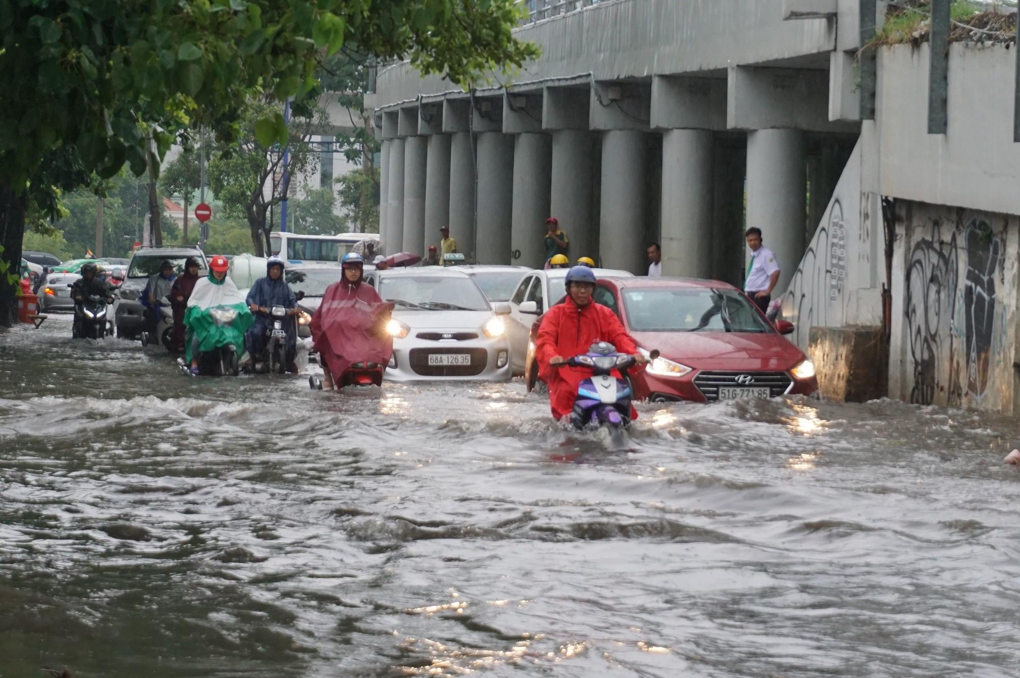 Mưa như trút nước, nhiều tuyến đường tại TP HCM biến thành sông - Ảnh 10.