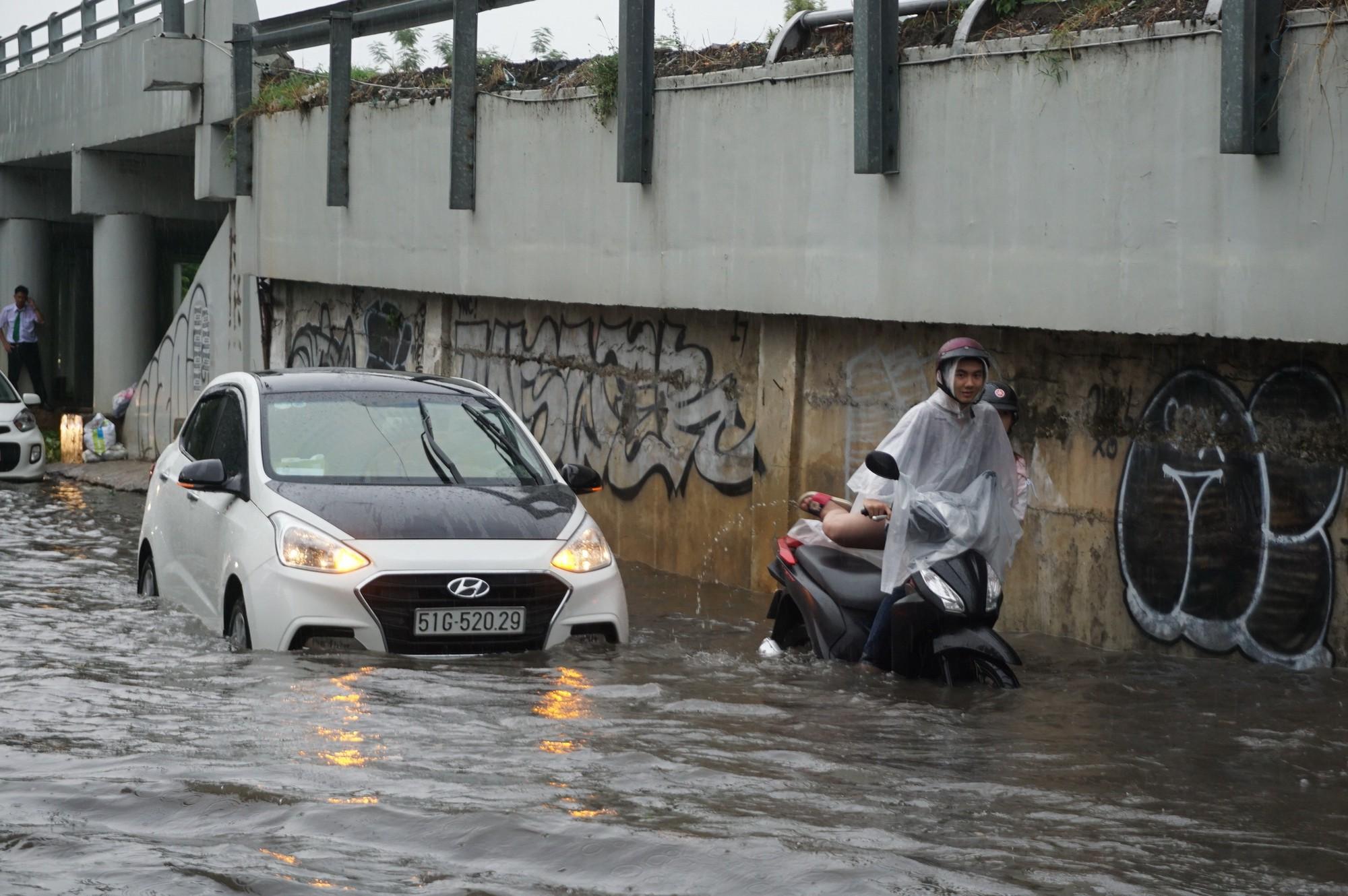 Mưa như trút nước, nhiều tuyến đường tại TP HCM biến thành sông - Ảnh 11.