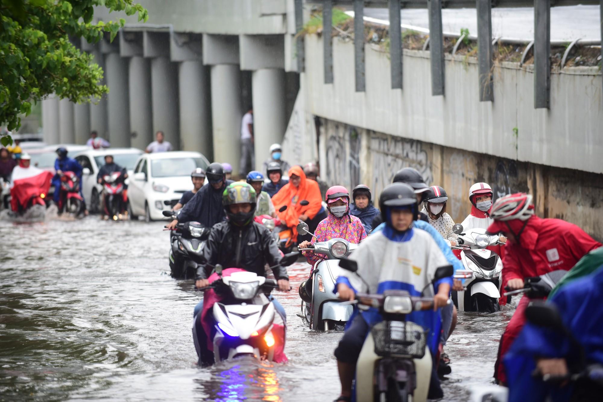 Mưa như trút nước, nhiều tuyến đường tại TP HCM biến thành sông - Ảnh 1.