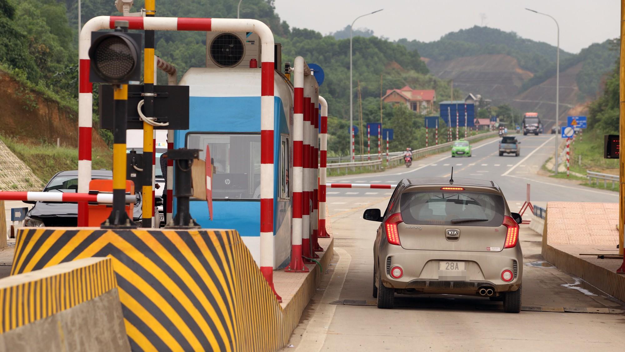 Lãnh đạo trạm BOT Hòa Lạc - Hòa Bình bỏ 17.500 đồng tiền túi mua vé hộ chủ xe con - Ảnh 6.