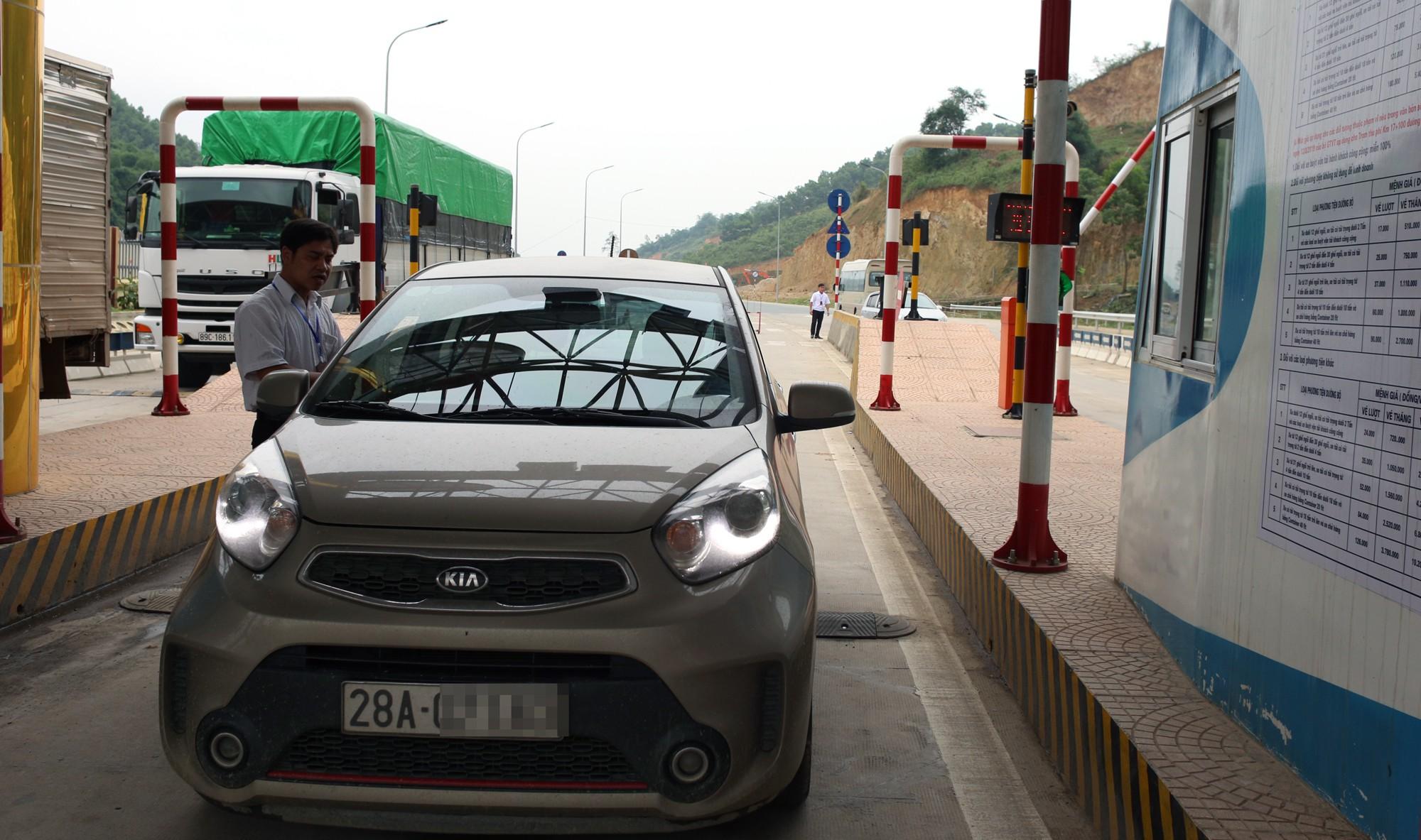Lãnh đạo trạm BOT Hòa Lạc - Hòa Bình bỏ 17.500 đồng tiền túi mua vé hộ chủ xe con - Ảnh 8.