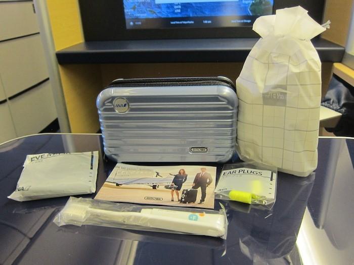 Táy máy lấy món đồ trên máy bay, khách phạm luật quốc tế - Ảnh 1.