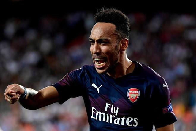 Cầu thủ Arsenal đá bóng trúng đầu nữ phóng viên - Ảnh 2.