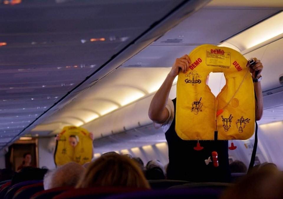 Táy máy lấy món đồ trên máy bay, khách phạm luật quốc tế - Ảnh 3.