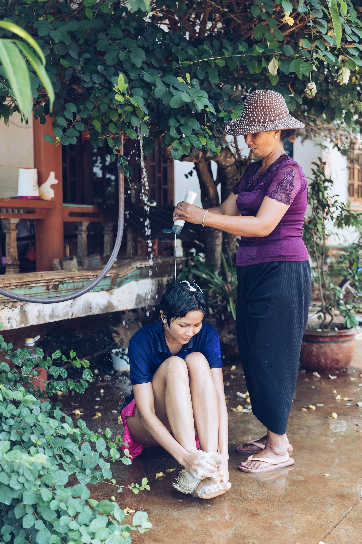 Dù đã là Hoa hậu, HHen Niê vẫn thích được mẹ tắm như thế này mỗi khi trở về nhà - Ảnh 2.