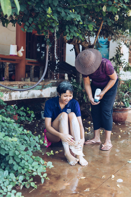 Dù đã là Hoa hậu, HHen Niê vẫn thích được mẹ tắm như thế này mỗi khi trở về nhà - Ảnh 4.