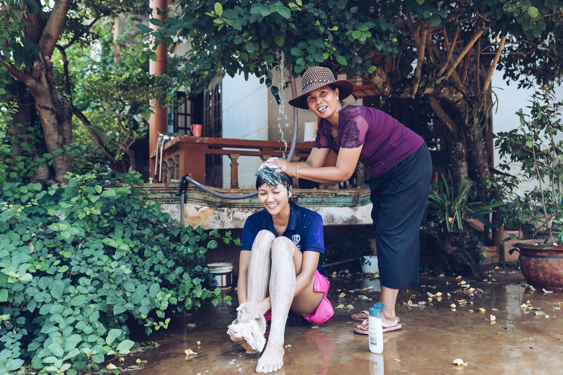Dù đã là Hoa hậu, HHen Niê vẫn thích được mẹ tắm như thế này mỗi khi trở về nhà - Ảnh 3.