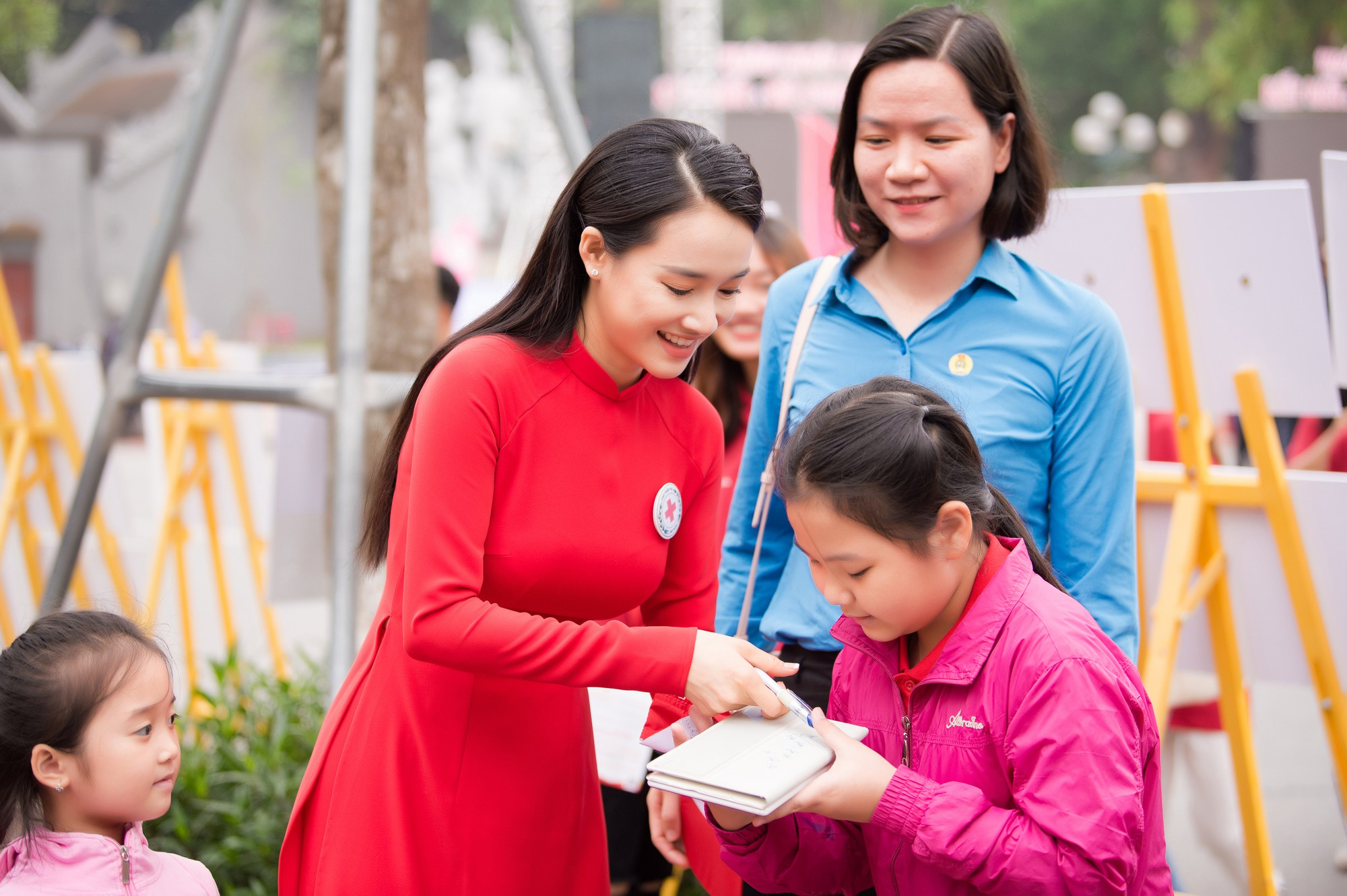 Nhã Phương vinh dự trở thành đại sứ của tháng Nhân đạo Quốc gia - Ảnh 6.