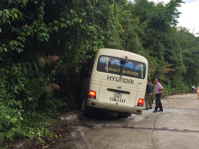 Xe chở du khách Singapore va vào vách núi Bạch Mã - Ảnh 2.