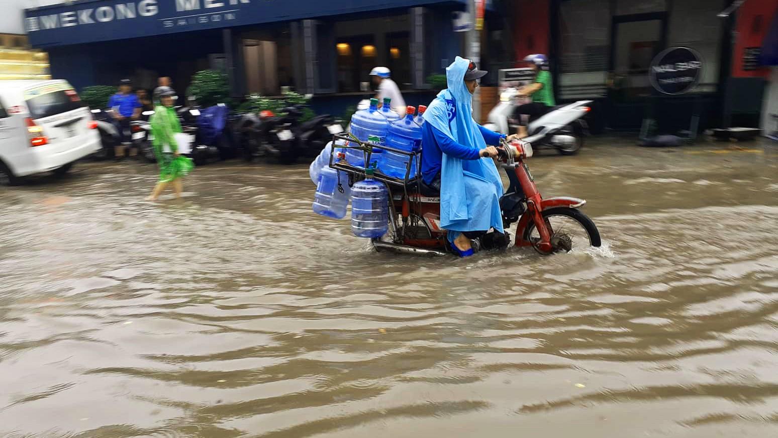 Sài Gòn mưa lớn ngày cuối tuần, đường thành sông, người dân chật vật lội nước về nhà - Ảnh 11.