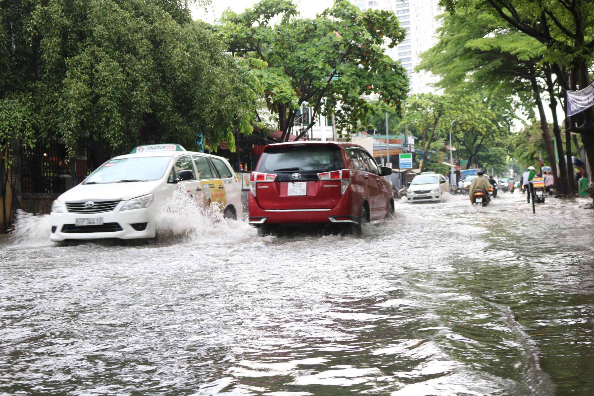 Sài Gòn mưa lớn ngày cuối tuần, đường thành sông, người dân chật vật lội nước về nhà - Ảnh 4.