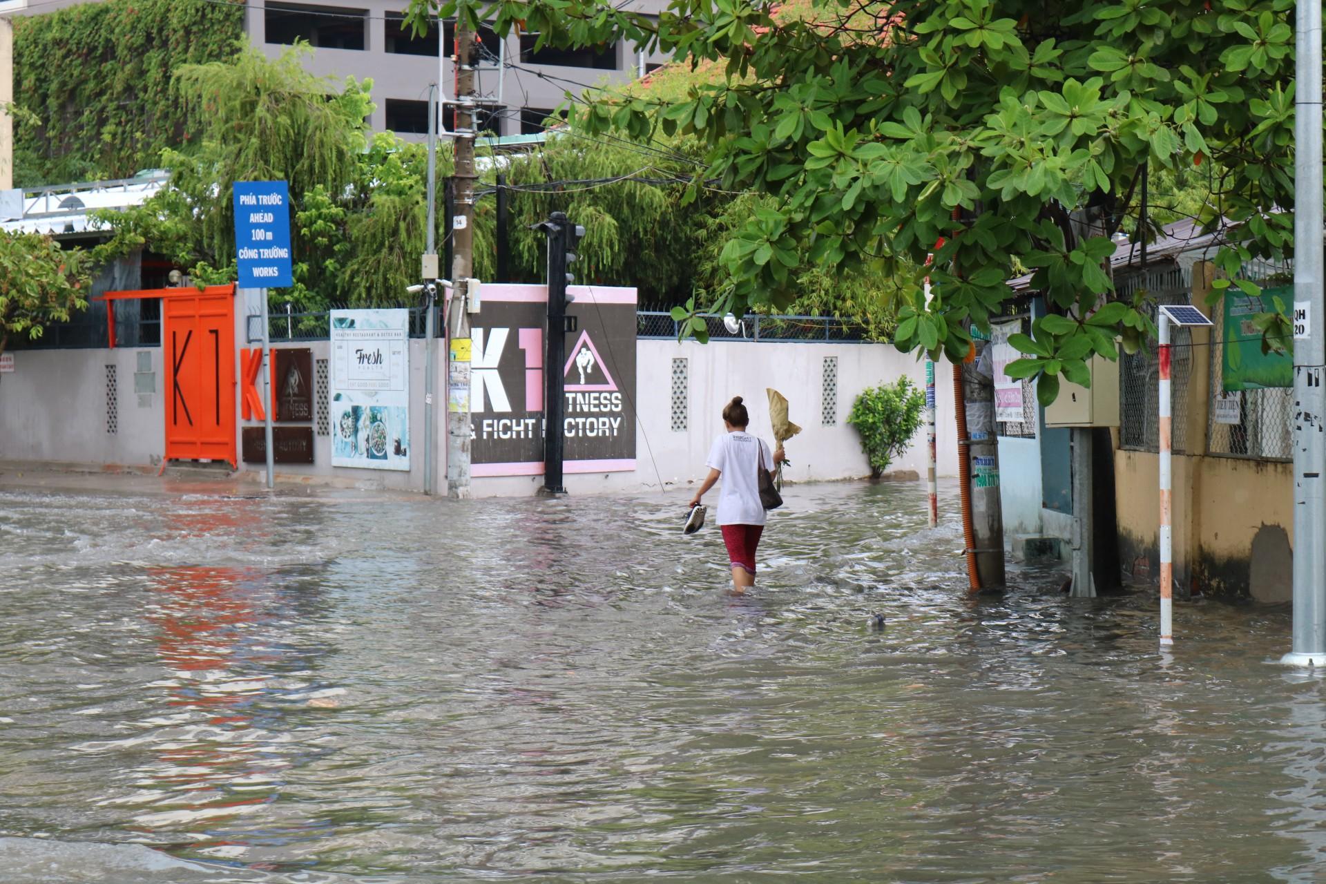 Sài Gòn mưa lớn ngày cuối tuần, đường thành sông, người dân chật vật lội nước về nhà - Ảnh 5.
