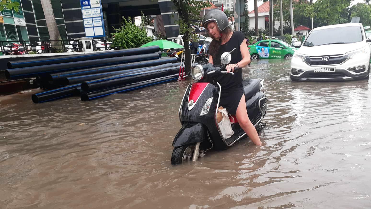 Sài Gòn mưa lớn ngày cuối tuần, đường thành sông, người dân chật vật lội nước về nhà - Ảnh 2.