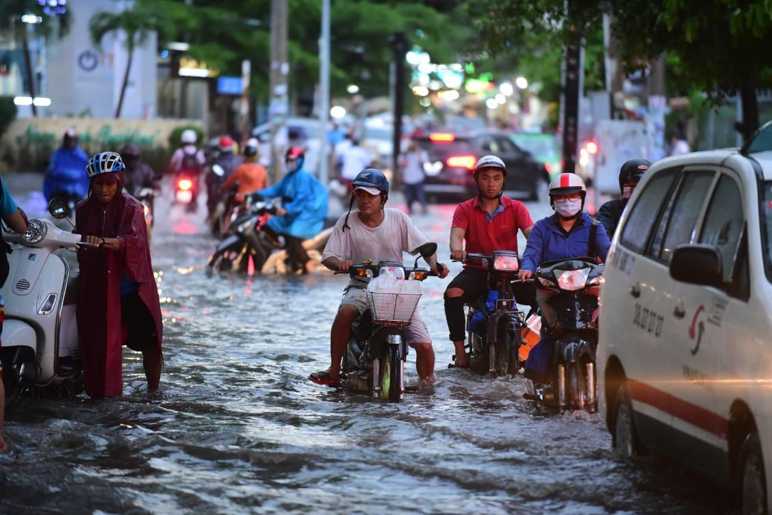 Sài Gòn mưa lớn ngày cuối tuần, đường thành sông, người dân chật vật lội nước về nhà - Ảnh 1.