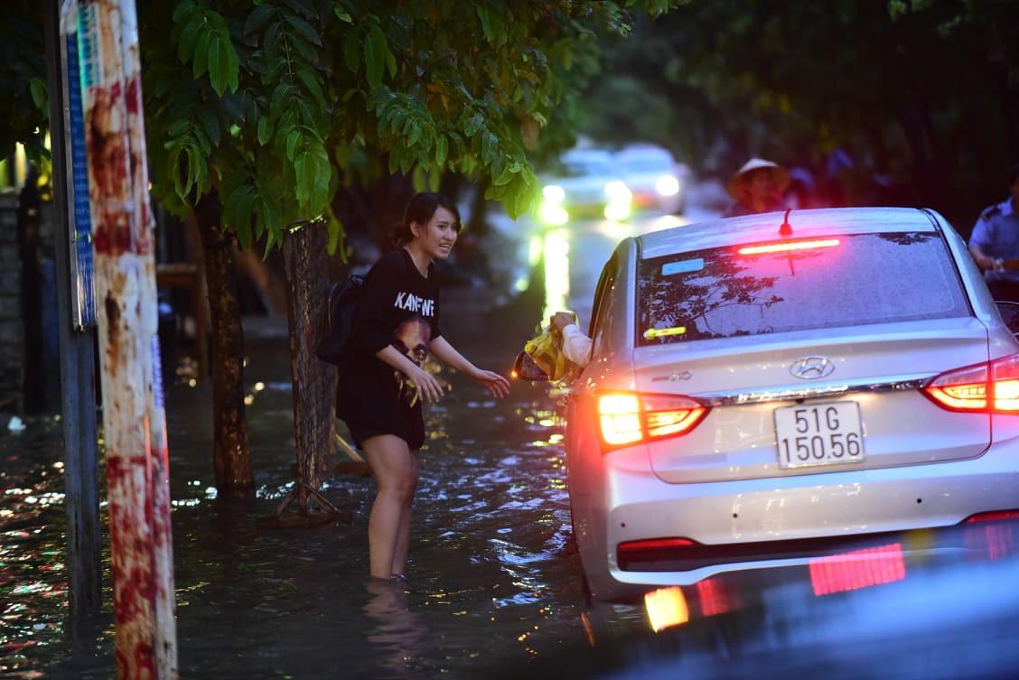 Sài Gòn mưa lớn ngày cuối tuần, đường thành sông, người dân chật vật lội nước về nhà - Ảnh 6.