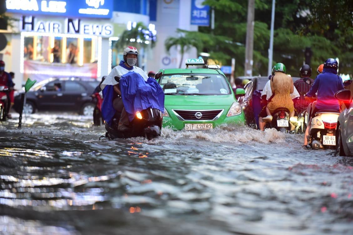Sài Gòn mưa lớn ngày cuối tuần, đường thành sông, người dân chật vật lội nước về nhà - Ảnh 9.