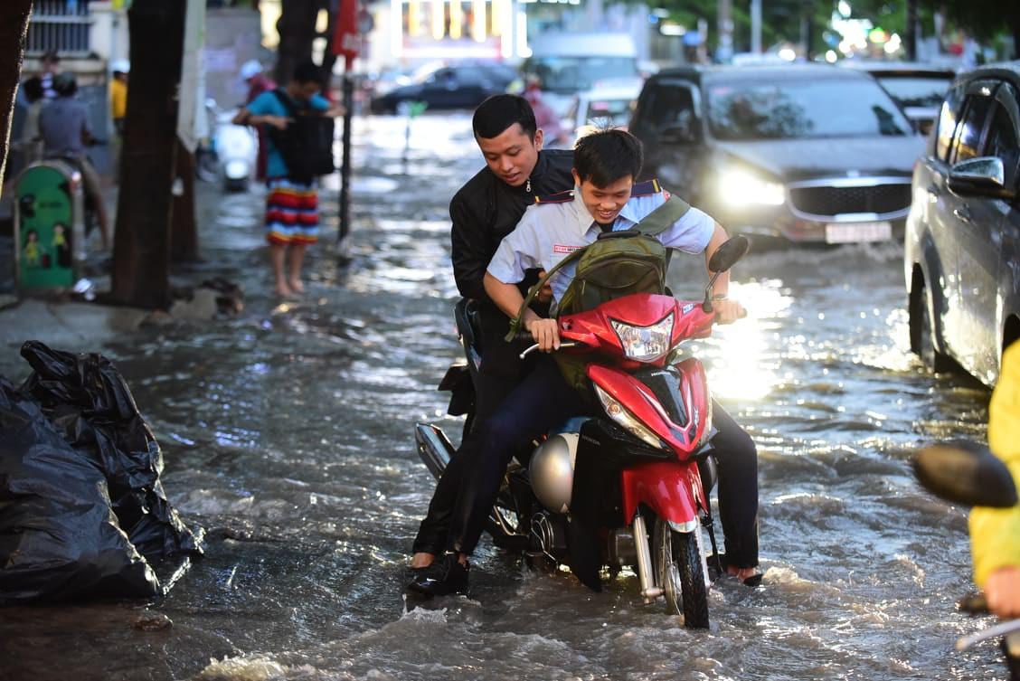 Sài Gòn mưa lớn ngày cuối tuần, đường thành sông, người dân chật vật lội nước về nhà - Ảnh 8.