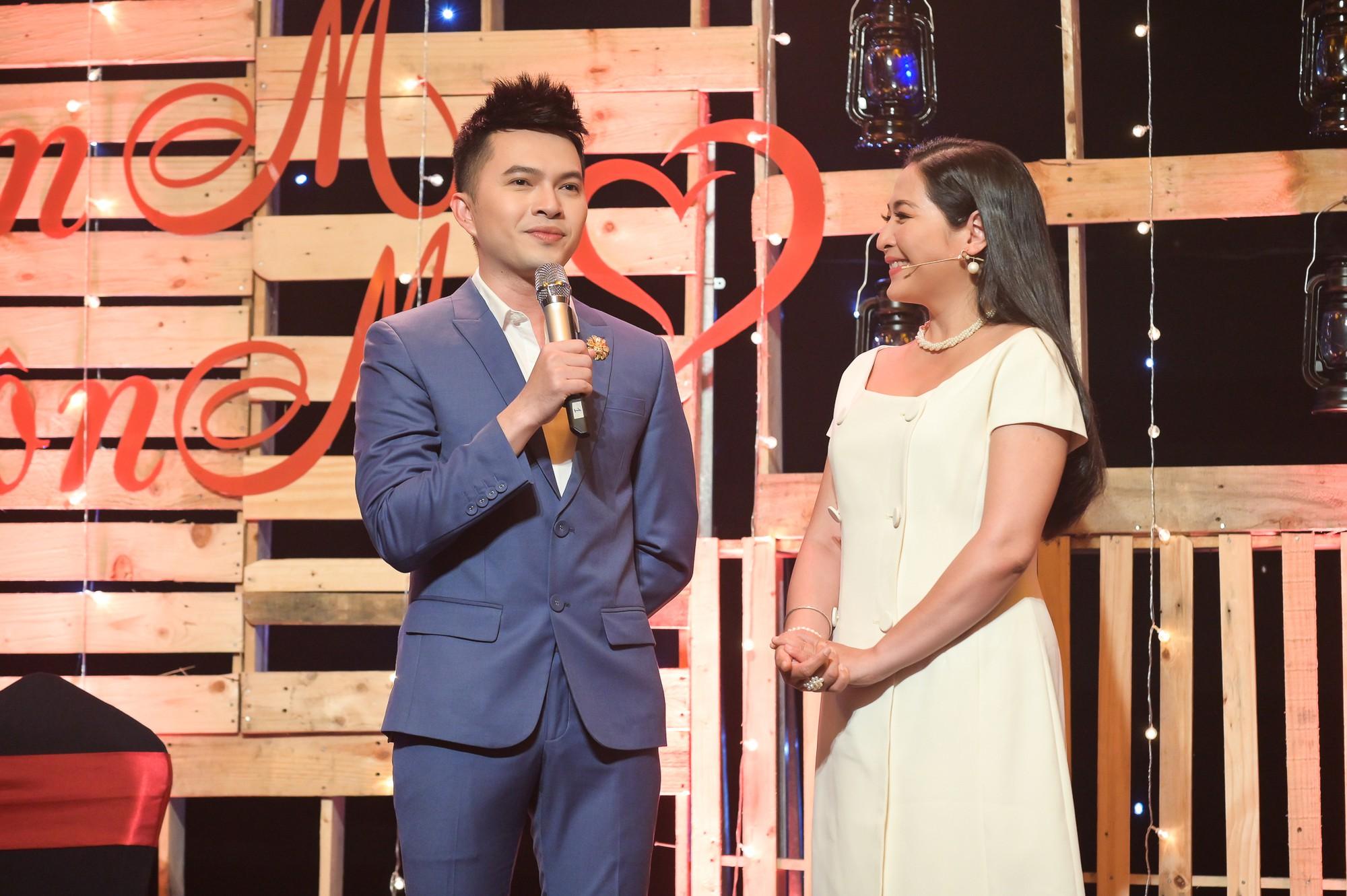 MC Quỳnh Hương khuyến khích mọi người đừng ngại ngần ôm và hôn mẹ khi còn có thể - Ảnh 2.