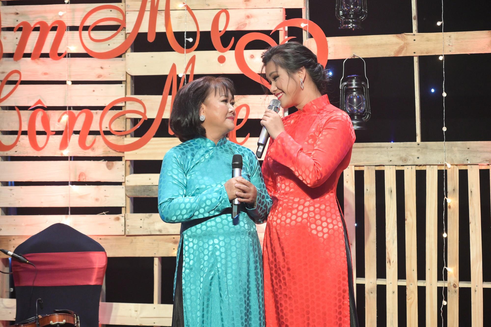 MC Quỳnh Hương khuyến khích mọi người đừng ngại ngần ôm và hôn mẹ khi còn có thể - Ảnh 3.