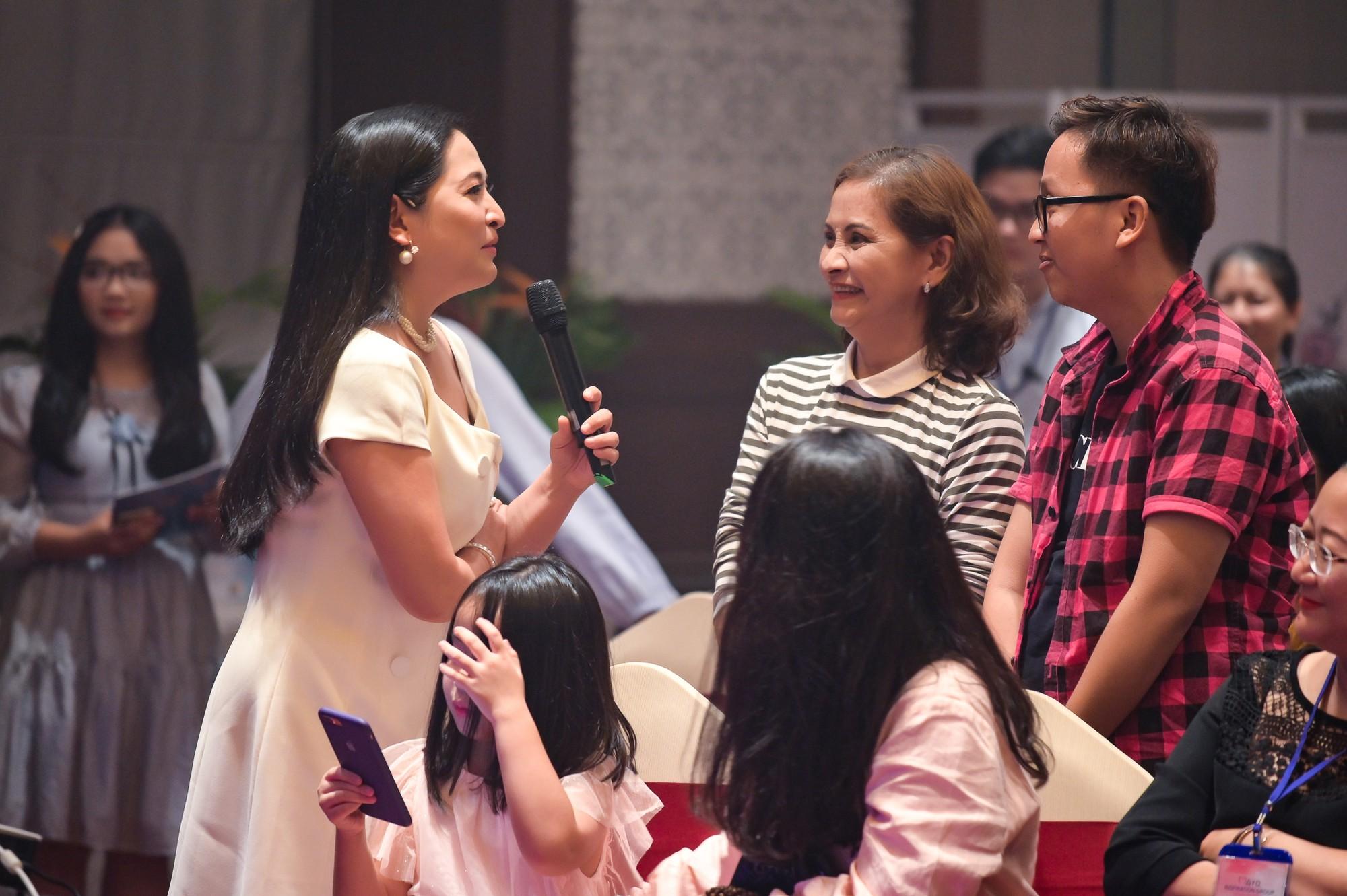 MC Quỳnh Hương khuyến khích mọi người đừng ngại ngần ôm và hôn mẹ khi còn có thể - Ảnh 8.