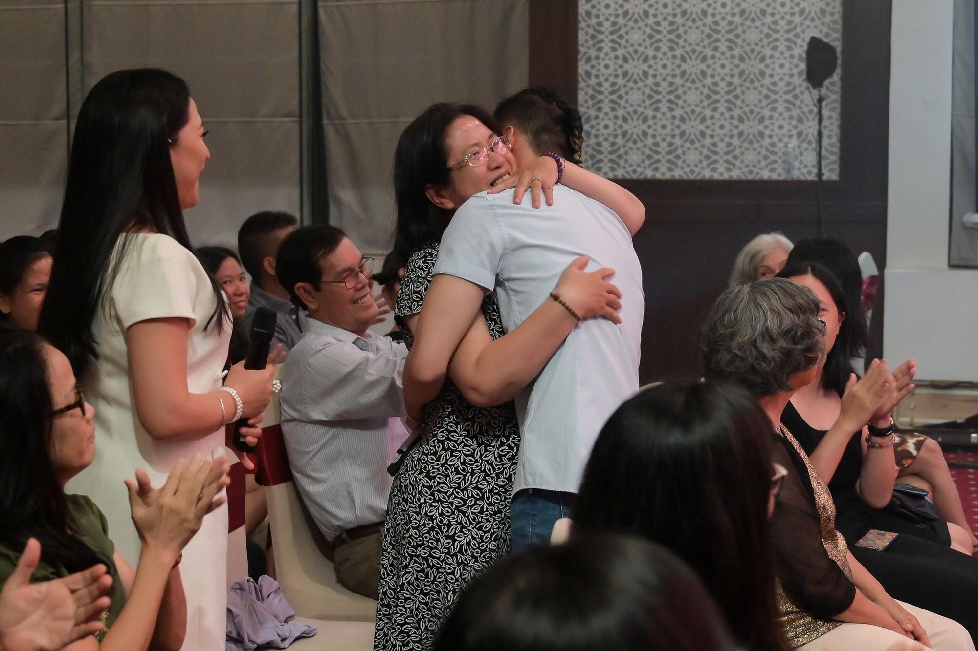 MC Quỳnh Hương khuyến khích mọi người đừng ngại ngần ôm và hôn mẹ khi còn có thể - Ảnh 7.