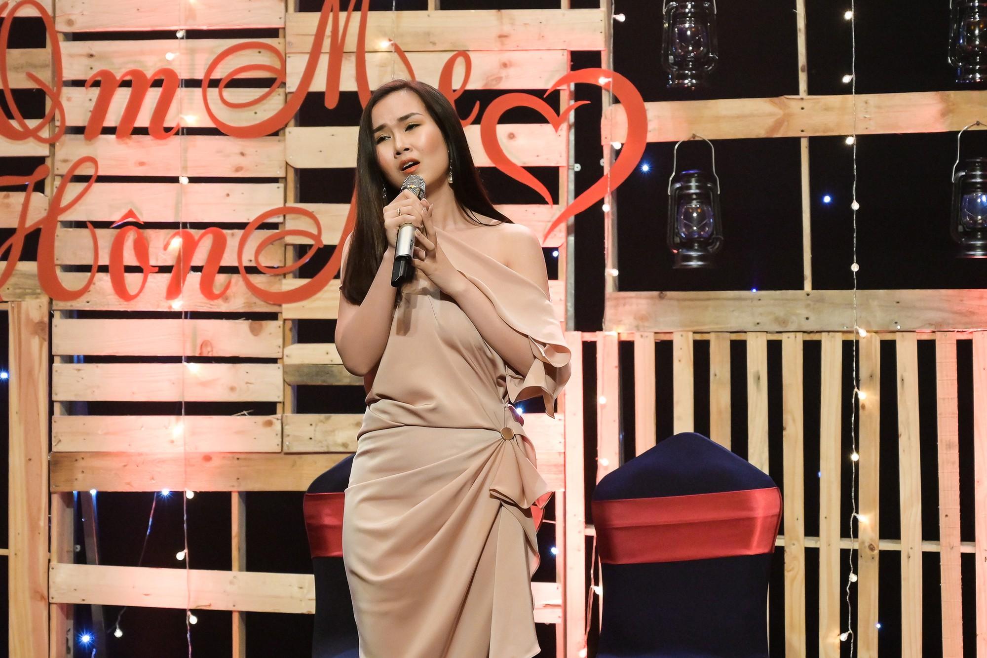 MC Quỳnh Hương khuyến khích mọi người đừng ngại ngần ôm và hôn mẹ khi còn có thể - Ảnh 6.